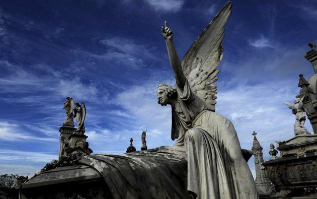 Escultura en el panteón de la Marquesa de San Juan, en el cementerio de 'La Carriona' de Avilés (Asturias).  ELOY ALONSO (REUTERS)