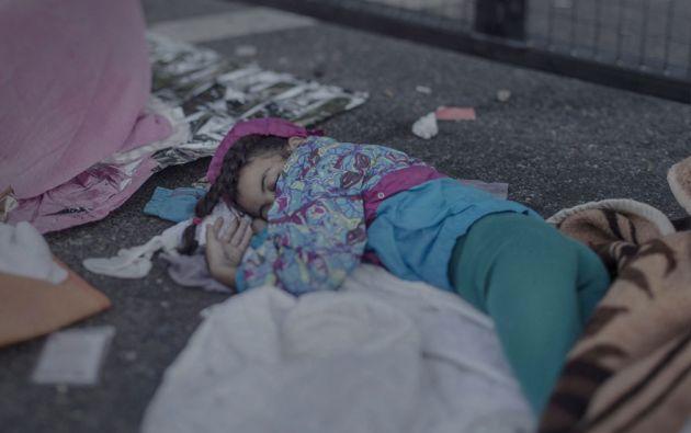 """Shehd, 7 años. Shehd le encanta dibujar, pero más recientemente, todos sus dibujos han tenido Del mismo tema: las armas. """"Ella los vio todo el tiempo, están por todas partes"""", explica su madre cuando la niña duerme en el suelo junto a la frontera cerrada de Hungría."""