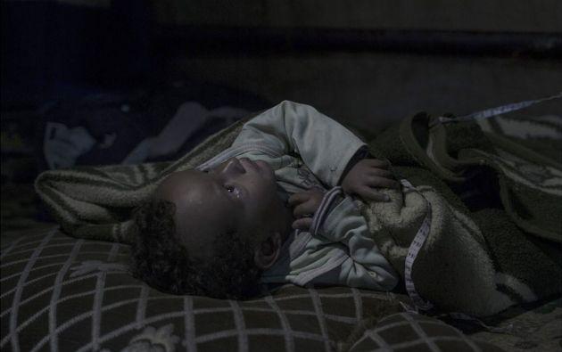 """Amir, de 20 meses, Zahle Fayda. Amir nació como refugiado. Su madre cree que su hijo estaba traumatizado desde el útero. """"Amir nunca ha dicho una sola palabra"""", dice Shahana, 32. En la carpa de plástico donde la familia vive ahora."""
