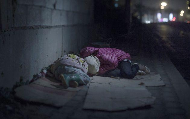 """Ralia, 7 y Rahaf, 13 años, Beirut. Viven en las calles de Beirut. Son de Damasco. Se acurrucan juntos en sus cajas de cartón. Rahaf dice que tiene miedo de los """"chicos malos""""."""