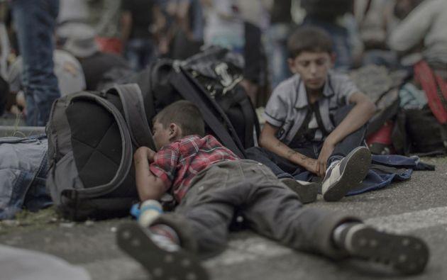 Ahmad, de 7 años de edad, Horgos / Röszke. Ahmad establece entre los miles de otros refugiados en el asfalto a lo largo de la carretera que conduce a la frontera cerrada de Hungría.