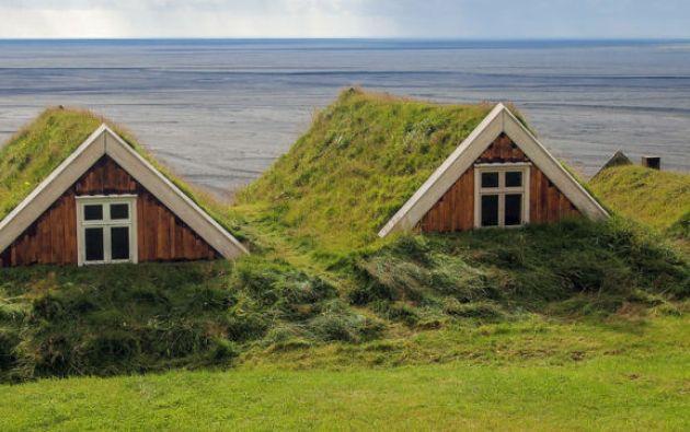 Observe las casas enterradas, una práctica con más de 5.000 años de antigüedad y que hoy está en auge entre los especialistas en arquitectura sostenible.