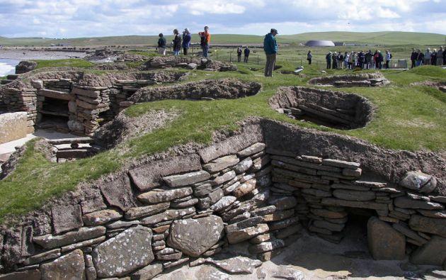 La práctica de las casas enterradas es antigua. Uno de los primeros ejemplos de este tipo es el del asentamiento neolítico de Skara Brae, en las Islas Orkney al norte de Escocia.