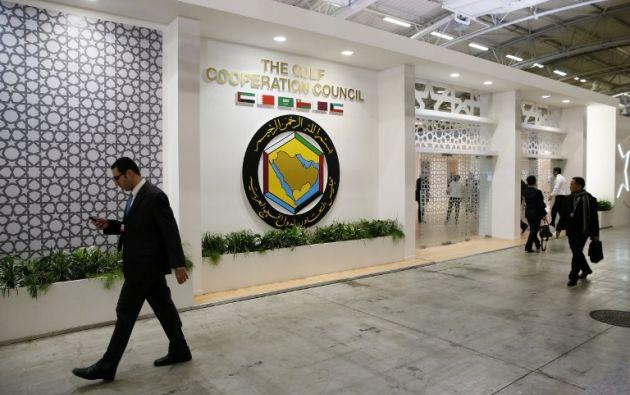 Gente transita frente al Consejo de Cooperación del Golfo durante la jornada inaugural de la conferencia COP 21 de las Naciones Unidas sobre el cambio climático. AFP