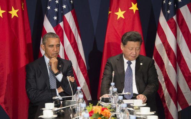 El presidente estadounidense, Barack Obama habla con con el presidente de China, Xi Jinxing durante una reunión bilateral antes de la apertura de la conferencia de la ONU sobre cambio climático COP21. AFP