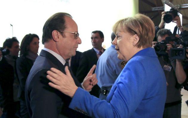 El presidente francés, Francois Hollande  y la canciller alemana, Angela Merkel, habla durante la sesión inaugural de la conferencia de la COP 21 de las Naciones Unidas sobre el cambio climático. AFP