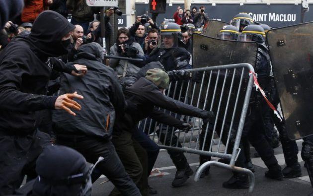 Manifestantes chocan con la policía antidisturbios durante una manifestación contra el calentamiento global. AFP