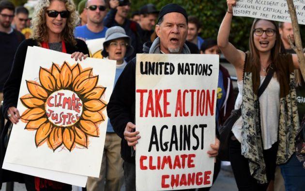 El actor y activista A. Martínez rodeado de militantes y simpatizantes del medio ambiente durante un mitin llamando a la acción sobre el cambio climático en Los Ángeles, California. AFP