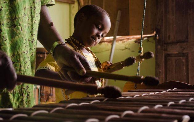 en un boletín se indica que la marimba y los cantos y danzas tradicionales propician los intercambios simbólicos, comprendidos los de alimentos y bebidas.