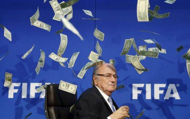 El comediante británico Lee Nelson lanza billetes al Presidente de la FIFA, Joseph Blatter, a su llegada a una conferencia de prensa tras la Junta Extraordinaria del Comité Ejecutivo de la FIFA. REUTERS