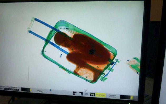 La figura de un niño de 8 años se ve dentro de una maleta en una pantalla de escáner de la guardia civil española. REUTERS