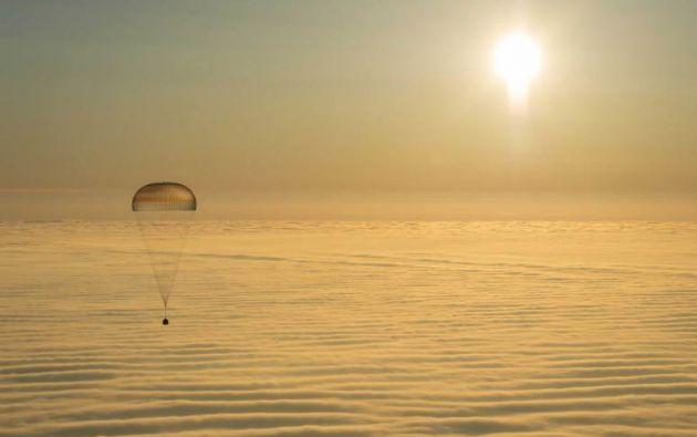 La nave espacial Soyuz TMA-14M cuando aterriza con la Expedición 42 comandante Barry Wilmore de la NASA. AFP