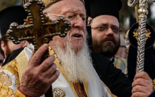 Iglesia ortodoxa griega, el patriarca ecuménico Bartolomé sostiene la cruz de madera al lado del río Bósforo Cuerno de Oro, como parte de las celebraciones del día de la Epifanía en la iglesia de Fener. AFP