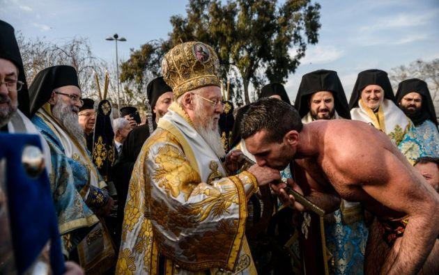 Celebraciones similares para el Día de Reyes se llevan a cabo en todo el país y la región en la orilla de río, paseos marítimos y lagos. AFP