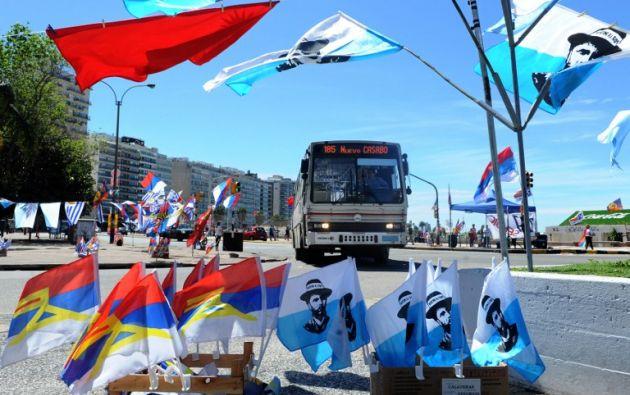 Banderas de los distintos partidos políticos se exhiben en las calles de Montevideo. Foto: AFP