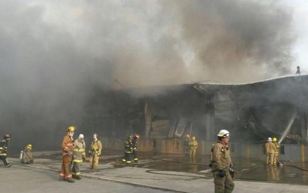 Los bomberos continuaban trabajando pasada la media noche. Foto: Twitter / Ecu911Samborondón