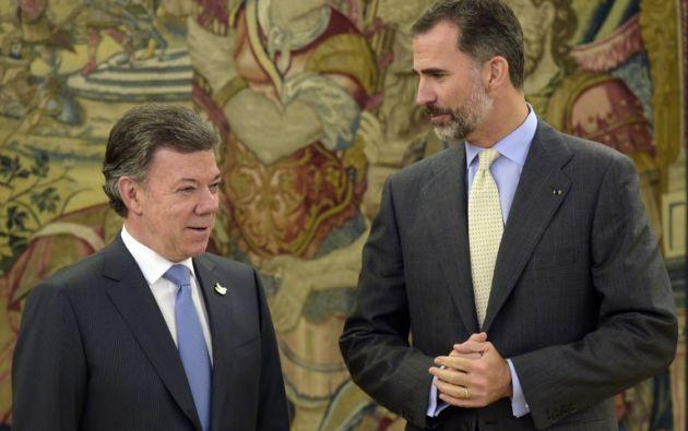 Santos inició su gira el lunes por España, aquí con el Rey Felipe VI. Foto: AFP