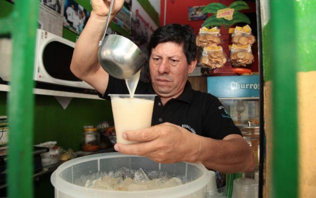 Ángel Barba vende la tradicional resbaladera en la calle Seis de Marzo.