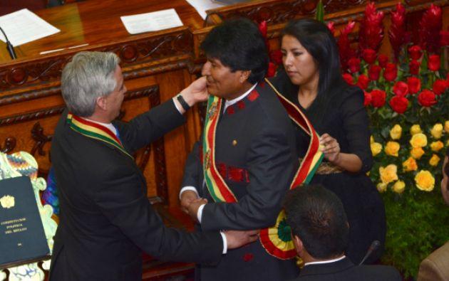 El vicepresidente Álvaro García Linera pone la banda presidencial a Evo Morales. Foto: REUTERS