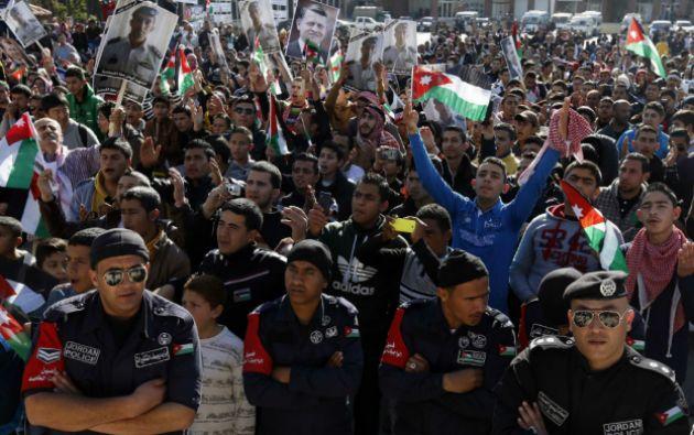 """""""Te respaldamos Abdalá en su destrucción"""" y """"Muaz permanecerá en nuestros corazones"""" fueron algunos de los lemas coreados. Foto: REUTERS"""