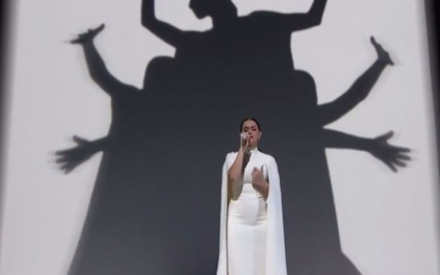 "Para culminar el mensaje, Katy Perry interpretó la balada ""By the Grace of God""."