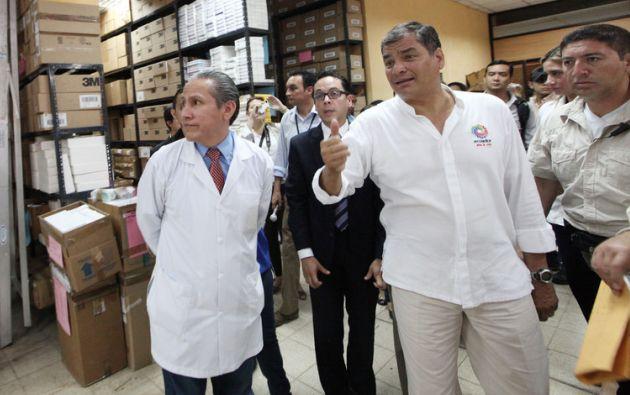 Correa revisó la existencia de medicinas en la bodega de la casa de salud. Foto: Flickr / Presidencia de la República