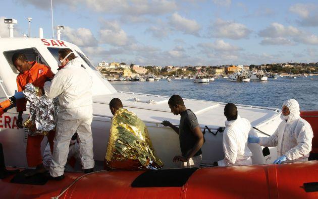 Los migrantes que sobrevivieron al naufragio llegaron este miércoles al puerto de Lampedusa. Foto: REUTERS.