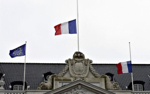 Banderas a media asta. Foto: AFP