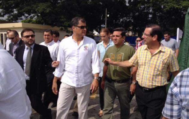 Correa durante su arribo al hospital. Foto: Gobernación del Guayas
