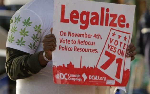 Melvin Clay, de la DC Cannabis Campaign, sostiene un cartel en pro de la legalización de la marihuana, en noviembre pasado. Foto: Archivo / REUTERS