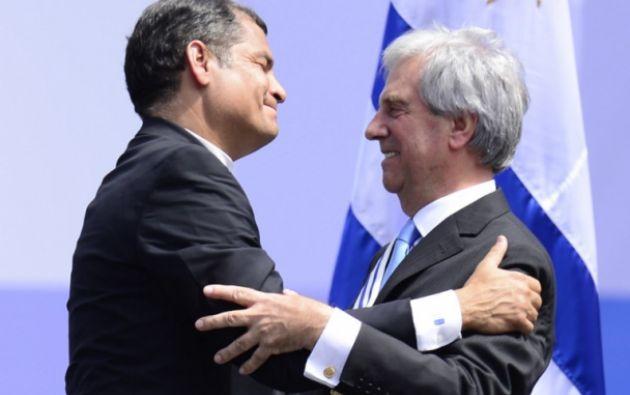 Felicitando al presidente de Uruguay, Tabaré Vásquez. Foto: AFP