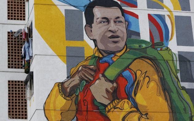 Un mural gigante de Hugo Chávez en un edificio en Caracas. Foto: REUTERS