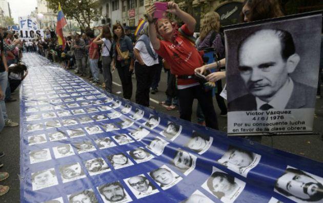 Carteles y fotografías de desaparecidos inundaron la Plaza de Mayo. Foto: AFP
