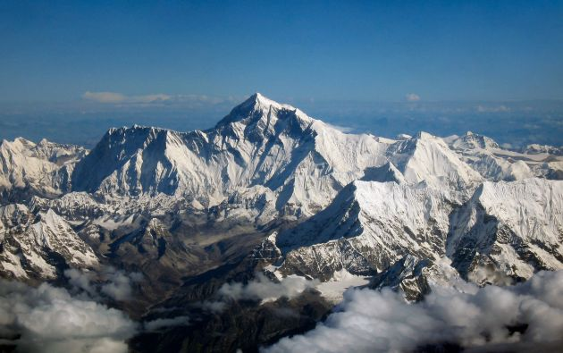 Las autoridades estiman que cada alpinista puede dejar alrededor de 8 kilos de desechos en su ascensión.