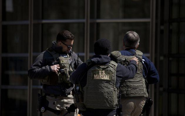 Dos oficiales afuera de la Corte Federal en Brooklyn durante la acusación de terrorismo de Muhanad Mahmoud Al Farek. Foto: AFP.