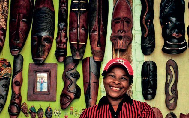 Paquita Acosta dirige el Grupo Artesanal Esperanza Negra. Ella usa betún de zapato para dar el toque de madera a las máscaras de barro.