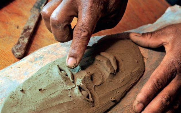 Esta actividad llegó hace 17 años de la mano de un antropólogo belga, quien les enseñó a moldear la arcilla y a cocerla en un horno de gas o de leña.