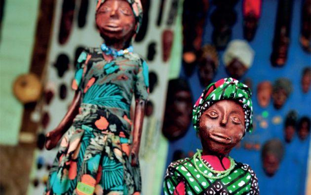 En las artesanías se incluye el colorido vestuario que los habitantes de Mascarilla usan en sus fiestas, cuando bailan al ritmo de la bomba.