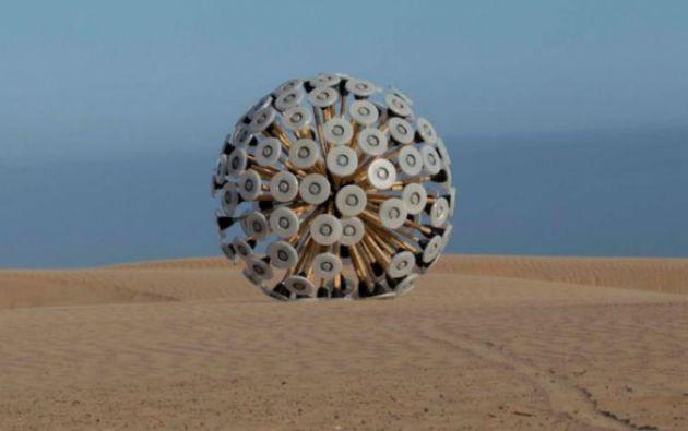 """El Mine Kafon """"es suficientemente ligero para que el viento le empuje, pero pesado para detectar y hacer estallar las minas""""."""