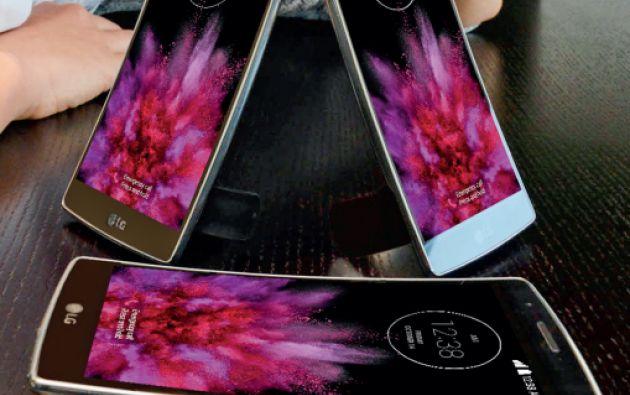 La curvatura en la pantalla, aunque desde otro enfoque, también ha sido utilizada por otras firmas, como LG con su modelo G Flex 2. La pantalla de este smartphone, además de curvada, es ligeramente flexible.