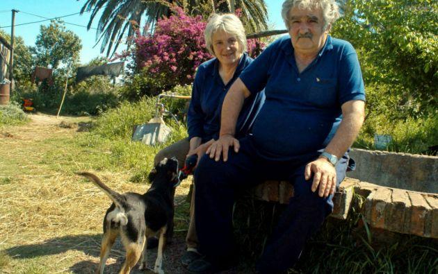 Mujica junto a su esposa Lucía Topolansky, quien busca la alcaldía de Montevideo. Foto: REUTERS
