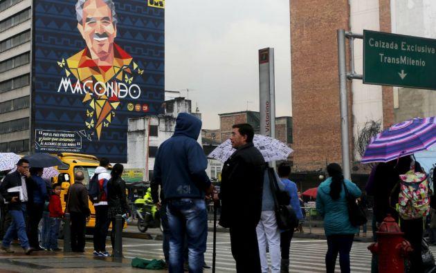 Un gran mural de García Márquez aparece en un edificio de un barrio de Bogotá. Foto: REUTERS