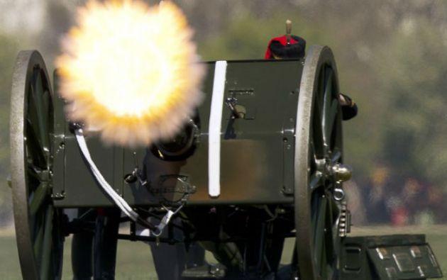 El cumpleanos 89 de la reina de Inglaterra se celebró con 103 salvas de cañón en Londres. Foto: AFP