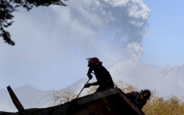 Los bomberos reparan el techo de su sede en la ciudad chilena de Ensenada tras la erupción del Calbuco. Foto: REUTERS
