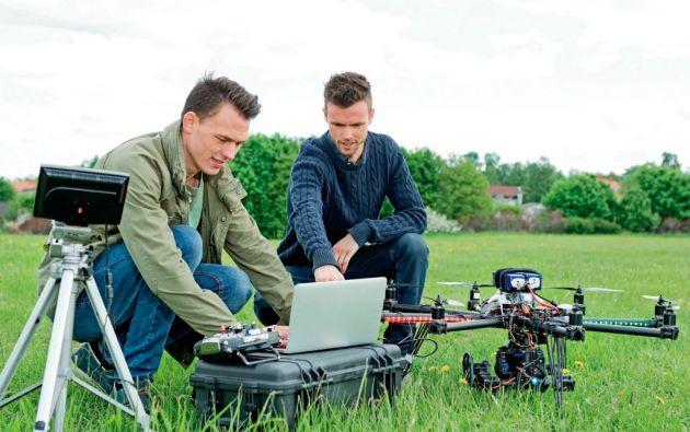 Los drones se acercan al consumidor cada vez más, con la aparición de modelos de nivel básico, enfocados principalmente en tomar fotografías. Los aparatos de este tipo, frecuentemente se pueden controlar con una app en el smartphone o la tablet.