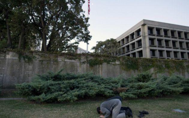 Los exreos rezan durante su vigía frente a la embajada en Montevideo. Foto: AFP