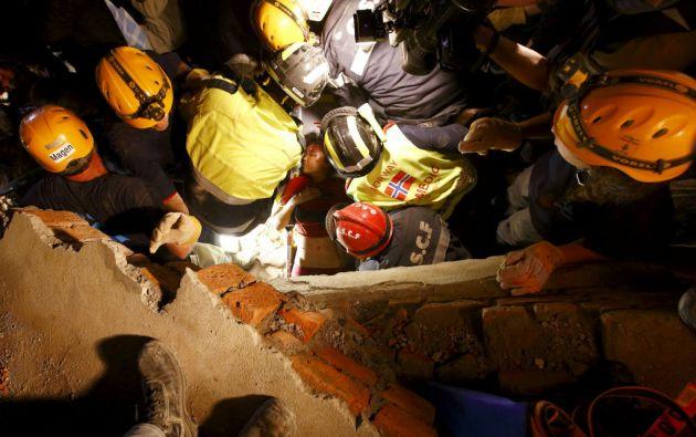 Los últimos rescates han alentado a los socorristas a seguir trabajando para hallar a otros supervivientes a pesar de las condiciones extremas y réplicas. Foto: REUTERS