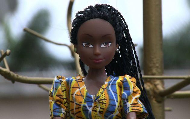 El pelo es siempre oscuro, rizado o trenzado, a la manera africana, y la ropa sigue los patrones dominantes de las principales grupos étnicos de Nigeria: hausa, yoruba e igbo. Foto: Captura de video.