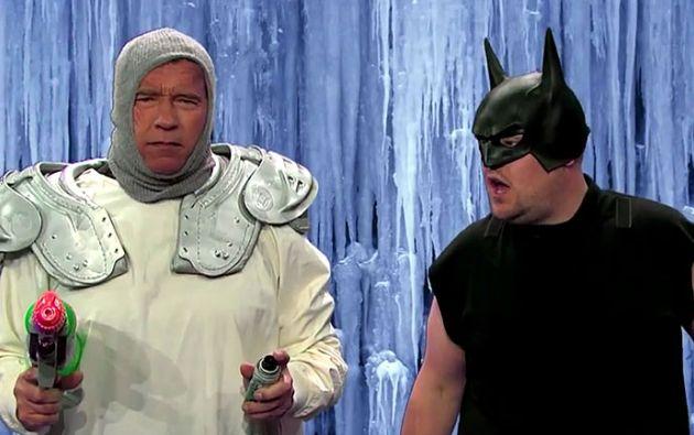 Schwarzenegger hace un repaso por personajes de películas, empezando con Conan el Bárbaro, y siguiendo con otros míticos filmes como Comando, Desafío Total, Perseguido, y hasta Batman & Robin. Foto: Captura de video.