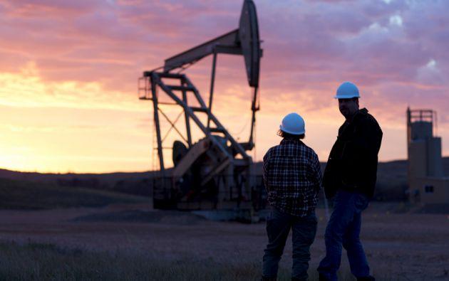 El precio internacional del crudo, que cayó de 100 dólares a menos de 50 dólares desde setiembre pasado, ronda actualmente los 60 dólares. Foto: REUTERS